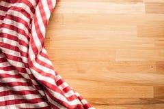 Rode geruite stof op houten lijstachtergrond Voor visuele decoratiesleutel stock afbeeldingen