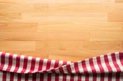 Rode geruite stof op houten lijstachtergrond Voor visuele decoratiesleutel stock foto's