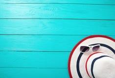 Rode gestreepte wipschakelaars, rode zonnebril en oranje fruit op blauwe houten achtergrond Hoogste mening en de zomertijd Royalty-vrije Stock Foto