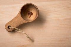 Rode gevilde rijst in gedeeltelepel op houten achtergrond als symbool voor honger, hongersnood, armoede of dieet en gezonde voedi stock afbeeldingen