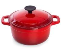 Rode gietijzer kokende pot met zwart die handvat, op witte B wordt geïsoleerd stock afbeelding