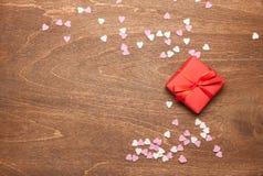 Rode gift en harten houten achtergrond Royalty-vrije Stock Afbeeldingen