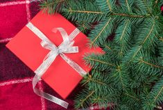 Rode giftbox met zilveren lint onder Kerstmisboom royalty-vrije stock afbeeldingen