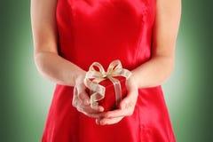 Rode giftdoos in de handen van de vrouw royalty-vrije stock foto's