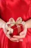 Rode giftdoos in de handen van de vrouw Royalty-vrije Stock Foto