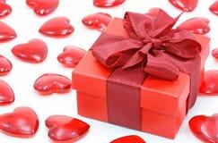 Rode giftdoos en harten Stock Fotografie
