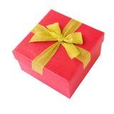 Rode giftdoos met geel die lint over wit wordt geïsoleerd Stock Foto