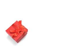 Rode Giftdoos met Gestippeld die Patroon op Witte Achtergrond wordt geïsoleerd Stock Foto