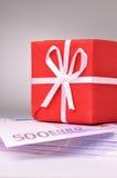 Rode giftdoos op euro stock afbeelding