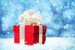 Rode giftdoos op witte sneeuw Royalty-vrije Stock Fotografie