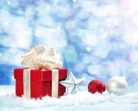 Rode giftdoos op witte sneeuw Stock Afbeeldingen