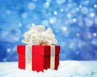 Rode giftdoos op witte sneeuw Royalty-vrije Stock Afbeelding