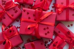 Rode giftdozen met lint en confettien op witte achtergrond De ruimte van het exemplaar Moeder, Vrouwen, Huwelijk, Gelukkige st co stock foto's