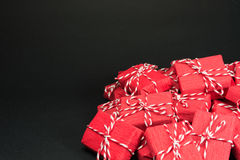 Rode giftdozen op zwarte achtergrond Royalty-vrije Stock Afbeeldingen