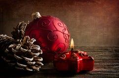 Rode glasbal voor Kerstmis stock afbeeldingen