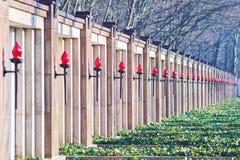 Rode glastoortsen over graven royalty-vrije stock foto