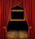Rode gordijnen en gouden frame royalty-vrije stock foto