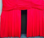 Rode gordijnen van een stadium royalty-vrije stock fotografie