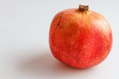 Rode granaatappel die op witte achtergrond wordt geïsoleerd stock fotografie