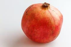 Rode granaatappel die op witte achtergrond wordt geïsoleerd Stock Foto