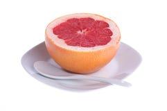 Rode grapefruit op een plaat stock afbeelding