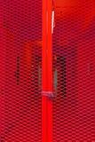 Rode grating staaldeur met sleutel stock afbeelding