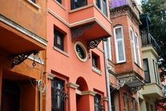 rode groenachtig blauwe gele grijze huizen in Istanboel Stock Afbeelding