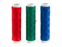 Rode, groene en blauwe naaiende garenbroodjes Stock Foto's