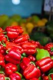 Rode, groene en gele zoete groene paprika's natuurlijke achtergrond. Stock Fotografie