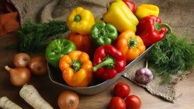 Rode, groene en gele zoete groene paprika's op lijst, stock videobeelden