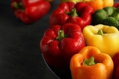 Rode, groene en gele zoete groene paprika's op lijst Stock Afbeelding