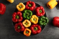 Rode, groene en gele zoete groene paprika's op lijst, Royalty-vrije Stock Fotografie
