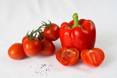 Rode groene paprika, rode kersentomaten, zwarte zoute, witte achtergrond Stock Foto