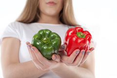 Rode groene paprika's en groen gehouden door jonge vrouw Vegetarisch voedsel Kokend ingrediënt en het gezonde eten royalty-vrije stock fotografie