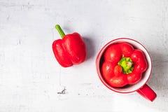 Rode groene paprika's op witte houten achtergrond royalty-vrije stock afbeeldingen