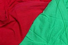 Rode groene stoffentextuur van een stuk van verfrommelde kwestie stock afbeelding