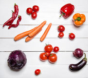 Rode groenten op witte houten lijst Royalty-vrije Stock Afbeelding