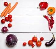 Rode groenten op witte houten lijst Hoogste mening Stock Fotografie