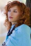 Rode haar blauwe sjaal royalty-vrije stock foto