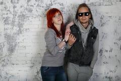 Rode haarmeisje en mens in zonnebril royalty-vrije stock foto's