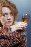 Rode haarschoonheid en wijn Stock Foto's