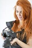 Rode haarvrouw met dslrcamera Royalty-vrije Stock Foto