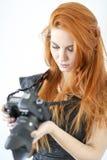 Rode haarvrouw met dslrcamera Stock Afbeelding