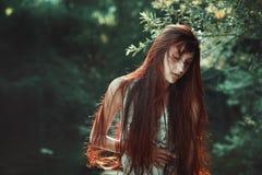 Rode haarvrouw met gesloten ogen stock fotografie