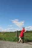 Vrouw langs een omheining royalty-vrije stock fotografie