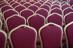 Rode haarzetels in lege conferentieruimte stock afbeelding