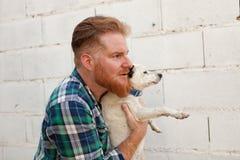 Rode haired kerel met zijn hond stock afbeeldingen