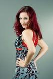 Rode haired vrouw die zich achteruit bevindt stock afbeelding