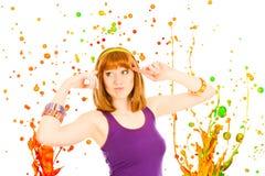 Rode haired vrouw met kleurrijke plonsen stock foto