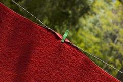 Rode handdoek op draad royalty-vrije stock afbeelding